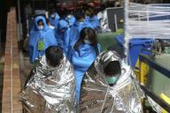 Des manifestants blessés quittent l'Université polytechnique de Hongkong.