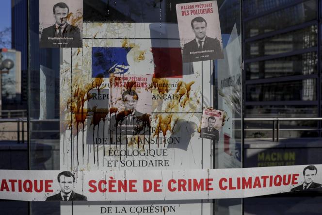 Des affiches représentant Emmanuel Macron apposées devant le ministère de l'écologie par des militants contre le changement climatique, en avril.