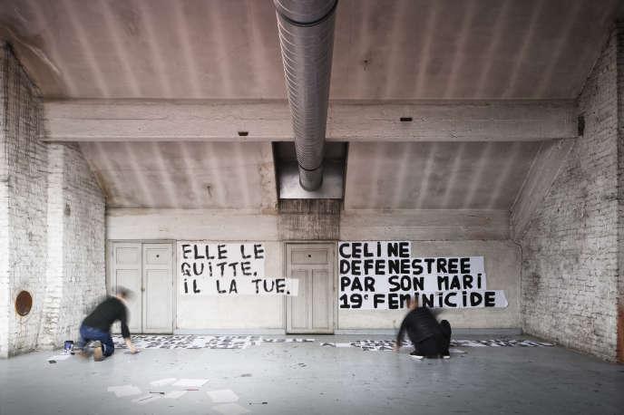 Sous les combles d'un squat artistique à Paris le 13 septembre, les militantes peignent les messages qu'elles colleront dans la soirée.