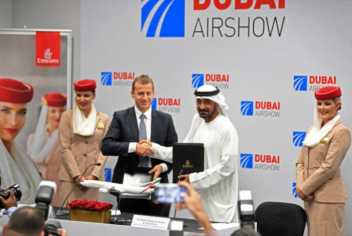 Guillaume Faury, président d'Airbus, et Ahmed bin Saeed Al Maktoum, PDG de la compagnie Emirates, lundi 18 novembre, au Salon aéronautique de Dubaï.