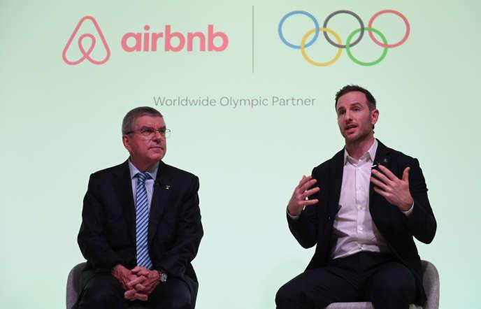 Le président du Comité international olympique (CIO), Thomas Bach (à gauche), et le cofondateur de la plate-forme américaine Airbnb, Joe Gebbia, à Londres, le 19 novembre.
