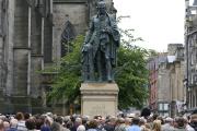 La statue de bronze de Adam Smithsur le Royal Mile d'Édimbourg en Ecosse, le 4 juillet 2008.
