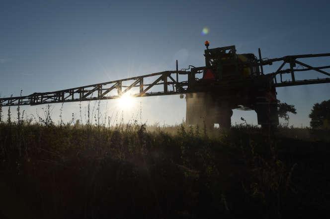 Un fermier épand du pesticide contenant du glyphosate sur son champ, à Saint-Germain-sur-Sarthe, le 16 septembre.