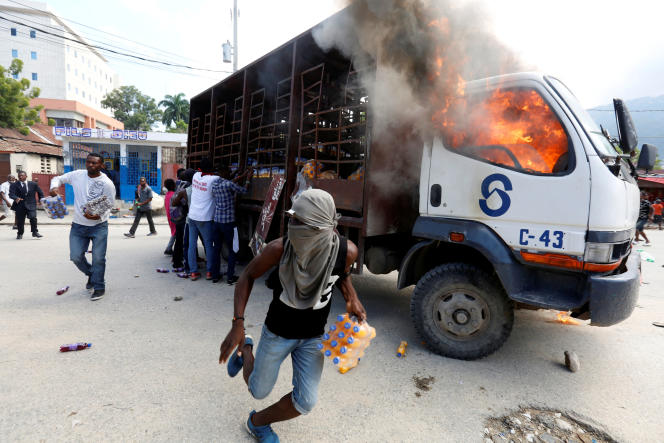Des manifestants près d'un camion en feu le 19 novembre à Port-au-Prince.