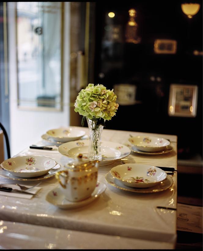Nappes brodées recouvertes de plastique, vaisselle fleurie, soliflore… Les éléments de ce décor familial ont été chinés par les deux cousins directement chez leurs parents.