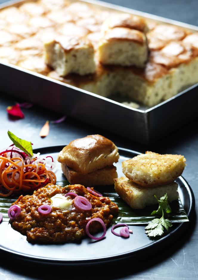 Des pao bhaji, petits pains grillés au ghee (beurre clarifié) à tremper dans un ragoût de légumes, de Masala Zone.