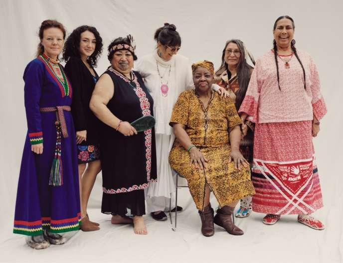 De gauche à droite : Elin Teilus, Udtja, Sápmi, Suède. Kya-Xe' Zelaya Dudney, Maya, Nicaragua. Erena Rangimarie Rereomaki Rhose, Nouvelle-Zélande. Jeneane Prevatt, dite « Jyoti », fondatrice de The Fountain, États-Unis. Luisa Teish, Yoruba, Nigeria. Loretta Afraid of Bear Cook, Lakota, États-Unis. Casey Camp Horinek, conseillère municipale de la tribu Ponca, Oklahoma, États-Unis.