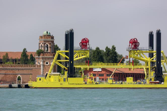 La barge de maintenance des barrières mobiles du projet MOSE.