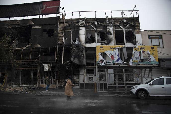 Un immeuble carbonisé à la suite des manifestations à Karaj, près de Téhéran, le 18 novembre.