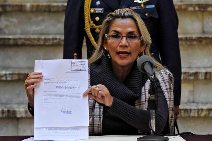 La présidente bolivienne par interim, Jeanine Añez, dévoilé à la presse le projet de loi qu'elle va présenter au Parlement, le 20 novembre à La Paz.