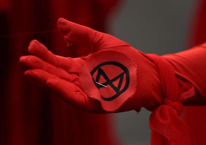 Le logo d'Extinction Rebellion lors d'une manifestation à Londres le 9 octobre.