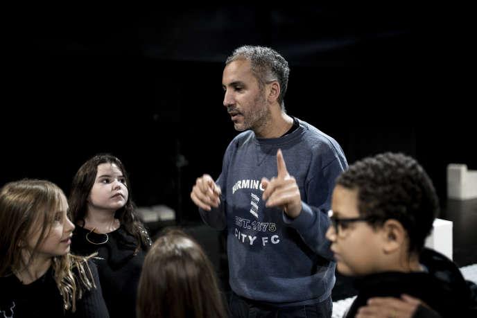 Mohamed El Khatib en répétition aves les enfants dans «La Dispute».
