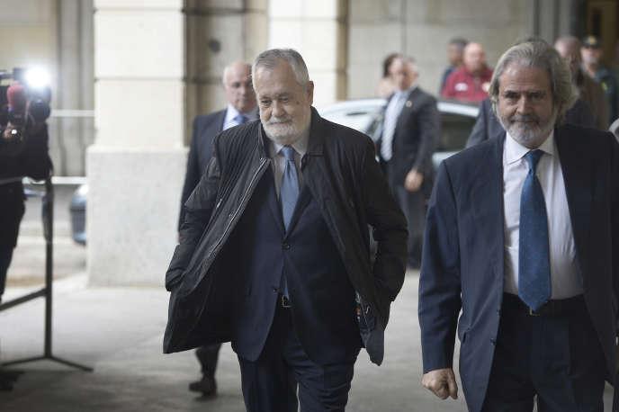 L'ancien président socialiste du gouvernement andalou, José Antonio Griñan (au centre), arrive au tribunal de Séville, mardi 19 novembre.