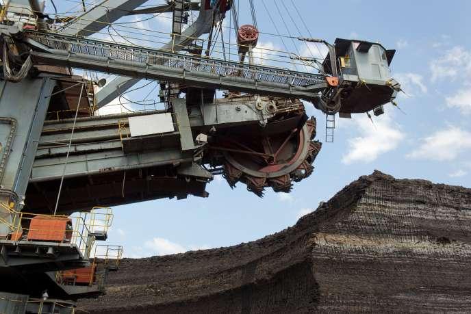 «L'infox est d'ailleurs entrée en contradiction avec elle-même, puisqu'elle condamne à la fois l'embargo pékinois et la pollution minière en Chine dans les pays pauvres et les mines en Occident. »