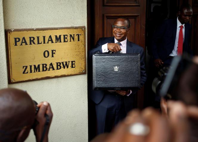 Le ministre zimbabwéen des finances, Mthuli Ncube, lors de la présentation du budget 2019 au Parlement, à Harare, le 22novembre 2018.