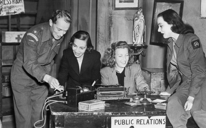 Virginia Cowles et Martha Gellhorn, entourées d'acteurs, en juin 1946, à la première londonienne de leur pièce, « Love Goes to War ».