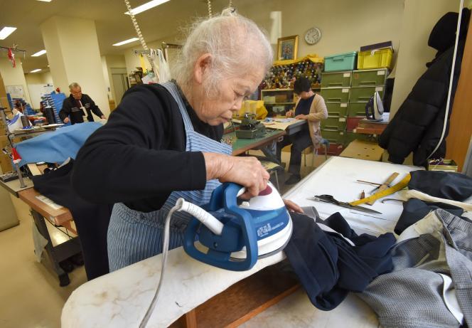 Une senior au travail, à Tokyo, en décembre 2015.