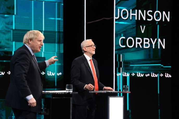 Boris Johnson (à gauche) et Jeremy Corbyn lors d'un débat télévisé le 19 novembre sur ITV à Salford, dans le nord-ouest de l'Angleterre.