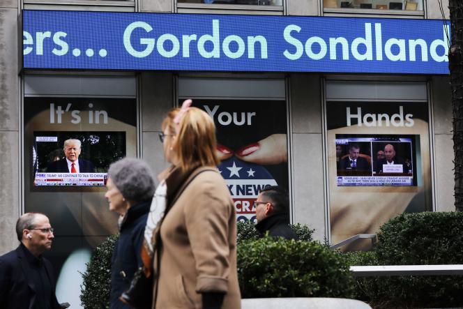 Retransmission de l'audition de Gordon Sondland dans les rues de New York, le 20 novembre.