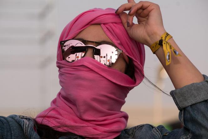 Une femme dans lors du festival des Dunes électroniques, à Ong Jmal, en Tunisie, le 16novembre 2019.