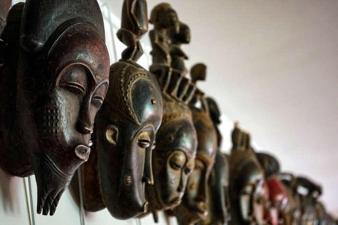 Masques du Fonds de dotation Lévêque. Au premier plan, un masque Baoulé de Côte d'Ivoire (circa 1960).
