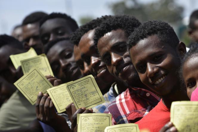 Des électeurs montrent leurs papiers d'identité alors qu'ils font la queue pour voter lors du référendum à Hawassa, en Ethiopie, le 20 novembre 2019.