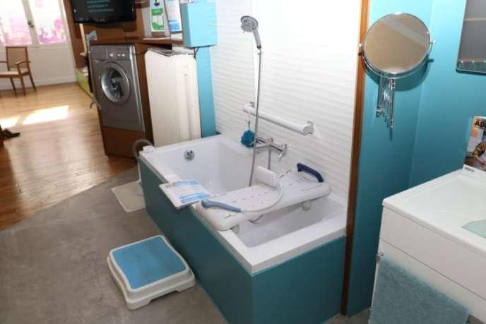 Một phòng tắm được trình bày bởi Espace Ideas tại nhà và thích nghi với nhu cầu của người già.