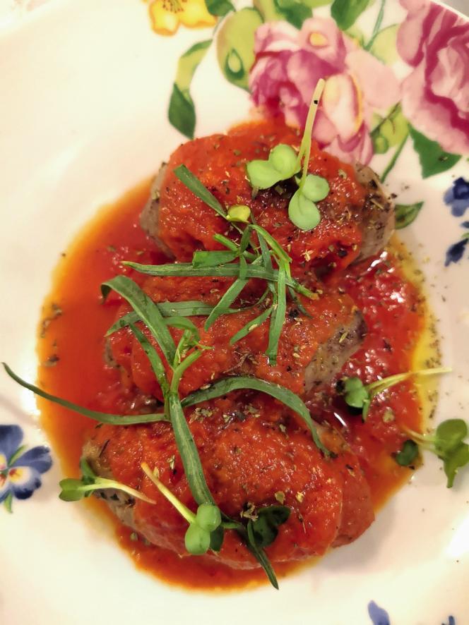 Lessoutzoukakia, des boulettes de bœuf nappées de sauce tomate sucrée et rafraîchies d'une pointe de menthe.