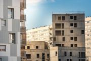 Des HLM des années 1960 et des bâtiments en construction lors d'une opération de rénovation urbaine en banlieue parisienne.