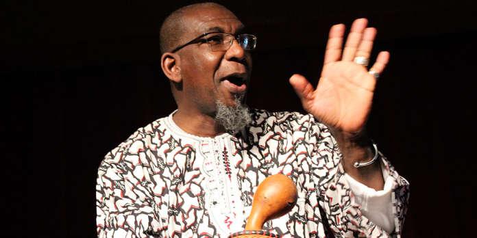 Au Rigoletto, transformé en « case à palabres », Rogo Koffi Fiangor a mêlé humour et tradition orale africaine