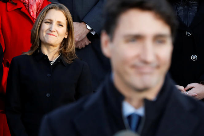 La vice-première ministre canadienne Chrystia Freeland aux côtés du premier ministre, Justin Trudeau qui présente son nouveau cabinet lors d'une conférence de presseà Ottawa (Ontario), le 20 novembre.
