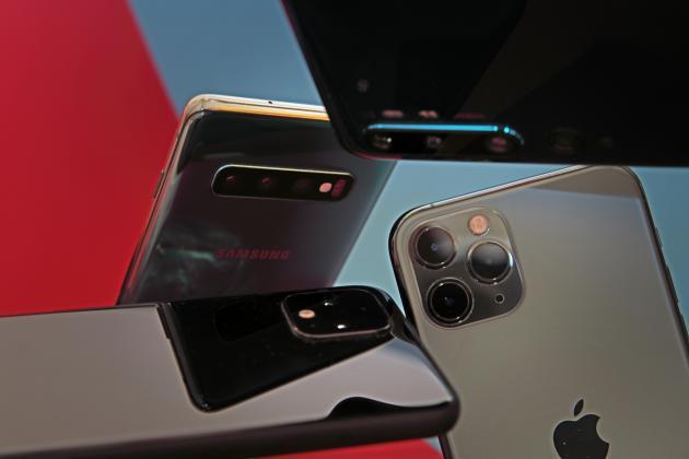 Les smartphones haut de gamme intègrent désormais trois objectifs : un ultra grand angle pour voir très large, un grand angle pour capturer des photos classiques, et un zoom pour voir plus loin.