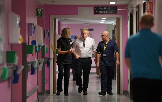 Le premier ministre britannique, Boris Johnson, lors d'une visite à l'hôpital King's Mill de Mansfield (Royaume-Uni), le 8 novembre.
