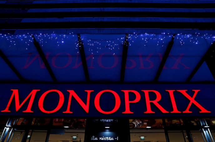 Le logo du supermarché Monoprix, à l'entrée d'une de ses boutiques, à Paris, France, le21novembre2019.