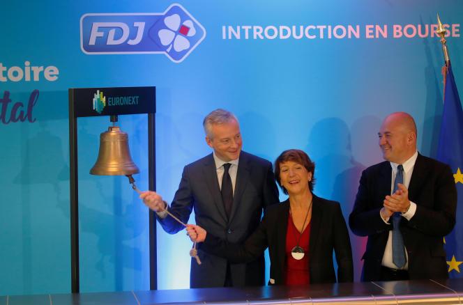 Le ministre de l'économie, Bruno Le Maire, Stéphane Boujnah, PDG de l'opérateur boursier Euronext, et Stéphane Pallez, PDG de la Francaise des Jeux (FDJ), assistent à une cérémonie pour l'entrée de la FDJsur la bourse Euronext Paris, dans le quartier de La Défense, à Courbevoie (Hauts-de-Seine), le 21 novembre 2019.