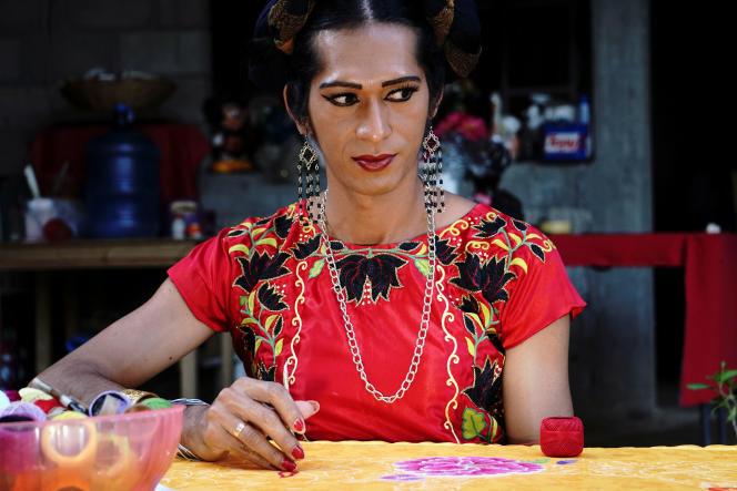 Estrella Vasquez, une «muxe» qui fait la couverture du magazine «Vogue», pose pour une photo alors qu'elle peint un huipil, un vêtement traditionnel utilisé sur l'isthme de Tehuantepec, chez elle, à Juchitan, dans l'Etat d'Oaxaca, au Mexique, le 19 novembre 2019.