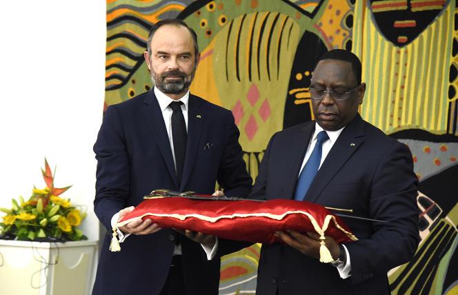 Le premier ministre français Edouard Philippe (à gauche) remet symboliquement au président sénégalais Macky Sall le sabre dit d'El Hadj Oumar Tall, le17 novembre 2019, à Dakar.