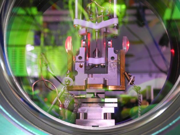 Détail d'un piège à atome chargé, porteur d'une information que les chercheurs de l'université d'Innsbruck (Autriche) essaient de transférer sur un photon afin de l'envoyer dans des fibres optiques.