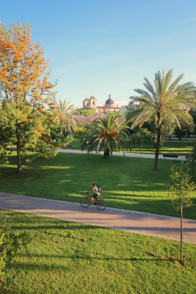 A Valence (Espagne), dans le Jardin du Turia, avec, en arrière-plan, le Musée des beaux-arts.