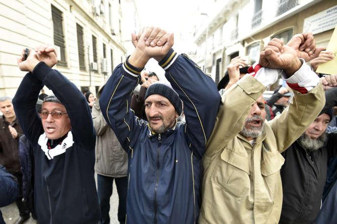 Des Algériens demandent la libération de manifestants du Hirak emprisonnés, le 18novembre 2019.