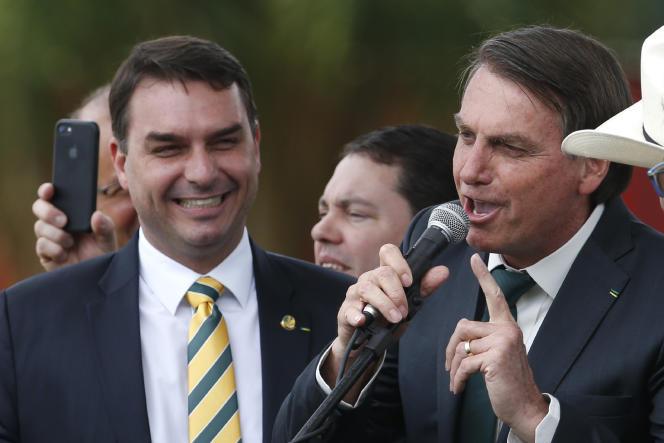 Flavio Bolsonaro, à gauche, accompagne son père Jair Bolsonaro, à Brasilia, le 21 novembre.