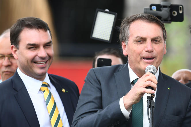 Le sénateur Flavio Bolsonaro (à gauche), au côté de son père, le président brésilien Jair Bolsonaro (à droite), le 20 novembre 2019 à Brasilia.