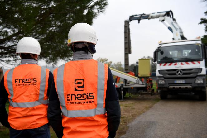 Des employés d'Enedis, le 21novembre près de Valence (Drôme), réparent les lignes électriques endommagées par la neige.