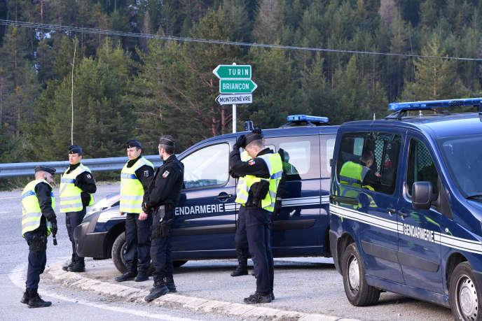 Des gendarmes à l'entrée de laVallée de la Clarée, en avril 2018.