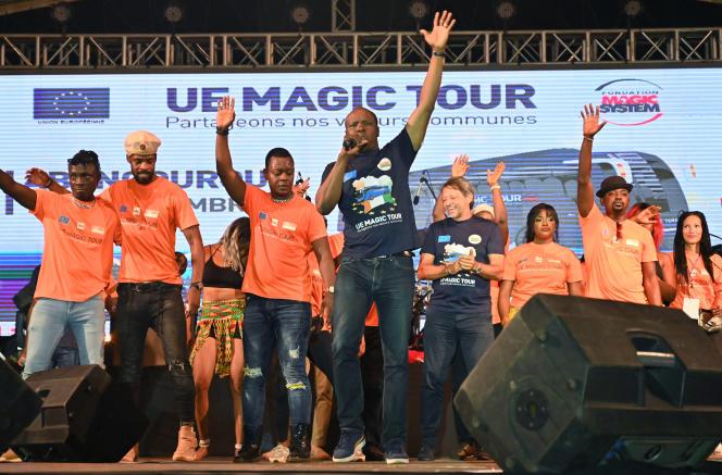 Le chanteur du groupe Magic System, A'Salfo (tee-shirt noir, au centre), et l'ambassadeur de l'Union européenne en Côte d'Ivoire, Jobst von Kirchmann (tee-shirt noir, à droite), lors d'un concert de la tournée UE Magic Tour, àAengougourou, le 10 novembre 2019.