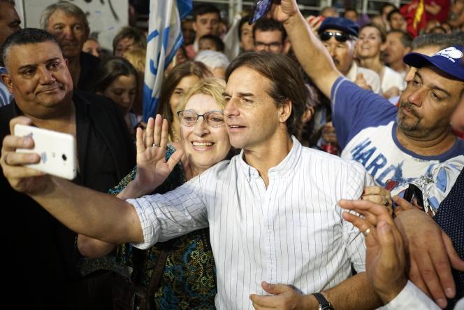 Luis Lacalle Pou, le candidat à la présidence du Parti national uruguayen, prend un selfie avec des supporters lors de la manifestation de clôture de sa campagne à Las Piedras, le 20 novembre.