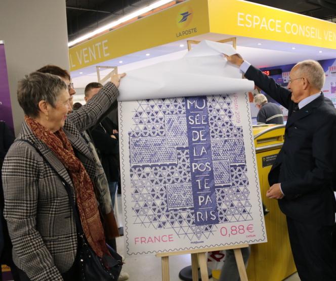 Philippe Wahl, le PDG du Groupe La Poste et Anne Nicolas, la directrice du Musée de La Poste, dévoilent le timbre émis à l'occasion de la réouverture du Musée, le 7 novembre à Paris.