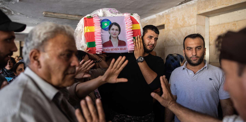 Derik, 13 oct 2019, Syrie. Havrine Khalaf, 35ans, a été tuée avec son chauffeur Ferhad Remedan, la veille, sur la route internationale entre Hassaké et Ain Issa. Ils auraient été tués par balle par un groupe lié aux forces pro turques mais les circonstances restent flous. Ici à l'hopital de Derik, la famille d'Havrine Khalaf, emporte son corps pour la mise en terre au cimetière. A droite, le frère porte le cercueil.