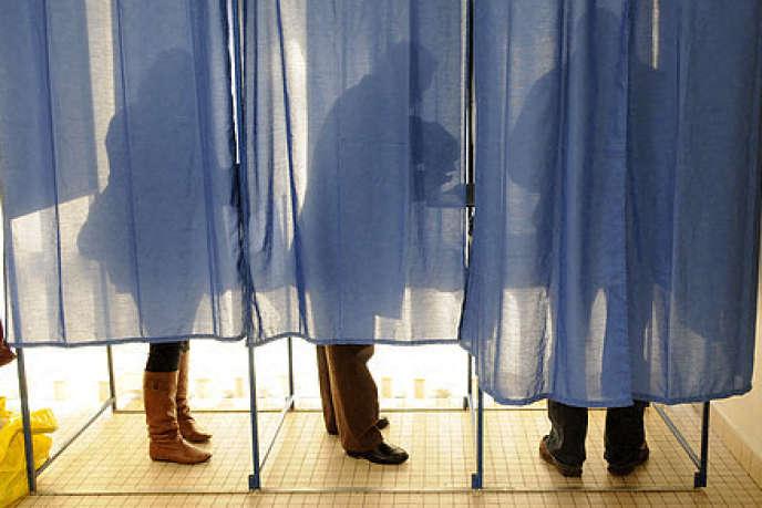 Dans un bureau de vote à Nantes, lors de l'élection présidentielle de 2012.