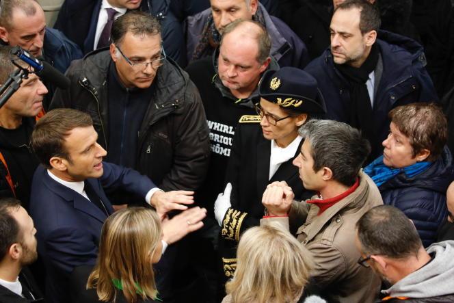 Emmanuel Macron et François Ruffin, sur le site de l'ancienne usine Whirlpool, à Amiens, le 22novembre.